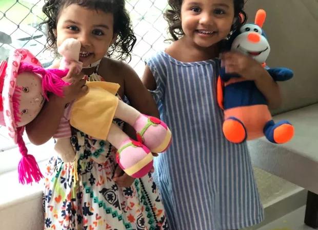 Casal adota irmã gêmea da filha