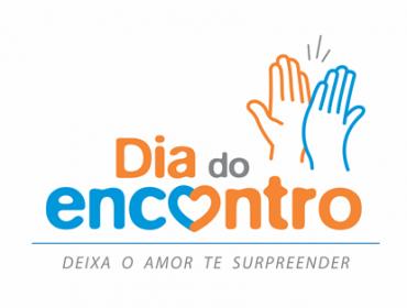 """Logo do projeto em azul e laranja com o texto: """"dia do encontro, deixa o amor te surpreender"""" e bater de duas mãos em cumprimento"""