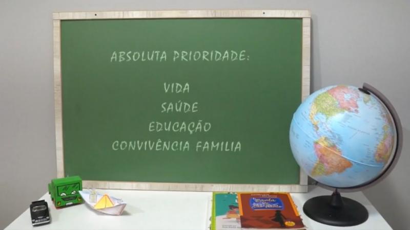 """Quadro escrito """"Abosulta prioridade: vida, saúde, educação, convivência familiar"""""""