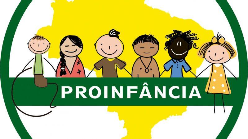Logo do Proinfância - desenho de seis crianças com diversidade de etnias e gênero. Mapa do Brasil ao fundo em amarelo.